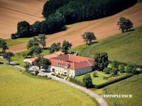 Flugaufnahme wunderschönen Vierkanthofes Diesendorf St Leonhard luftbild immozon
