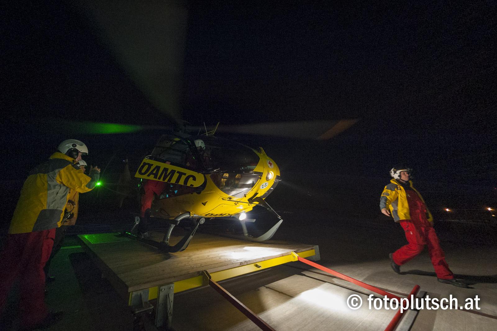 ÖAMTC-Flugrettung: Christophorus 2 übt in der Nacht Nachtflugtraining für Piloten und Flugretter Die ÖAMTC-Notarzthubschrauber können und dürfen nachts fliegen. Das passiert gerade im Winter sehr oft, wenn die Crew noch knapp vor Dienstschluss zu einem Einsatz alarmiert wird. Zudem soll mit Anfang 2017 mit Christophorus 2 erstmals in Österreich ein Notarzthubschrauber im 24-Stunden Betrieb – also rund um die Uhr – verfügbar sein. Zukünftig wird die ÖAMTC-Flugrettung zur Erhöhung der Flugsicherheit daher bei Dunkelheit Nachtsichtgeräte (Night Vision Goggles) einsetzen. Diese Geräte bieten der Besatzung die Möglichkeit, auch bei vollständiger Dunkelheit Hindernisse wie Stromleitungen, Masten oder Windräder zu erkennen. Auch Wetteränderungen, wie aufziehender Nebel oder Schlechtwetterfronten, können frühzeitig erkannt und umflogen werden. Der Einsatz der NVGs muss jedoch gut trainiert werden. Zwischen dem 11. und 17. April werden nun die Piloten und Flugretter des Christophorus 2 mit der neuen Technologie in Theorie und Praxis vertraut gemacht. Zum Zwecke von Schulungsflügen wird der Flugbetrieb an den genannten Tagen bis maximal 23 Uhr verlängert. Die ÖAMTC-Flugrettung ersucht daher um Verständnis für allenfalls zusätzlich auftretenden Lärm. Zwtl.: Aviso Medientermin am 14. April 2016 Für Medienvertreter wird es die Möglichkeit geben, einen Blick hinter die Kulissen des Schulungsbetriebes zu werfen. Donnerstag, 14. April 2016 Treffpunkt: 19 Uhr Ort: Christophorus 2 Flughafenstraße 3 3500 Gneixendorf Um Anmeldung unter 0664/613 1480 oder ralph.schueller@oeamtc.at wird ersucht.