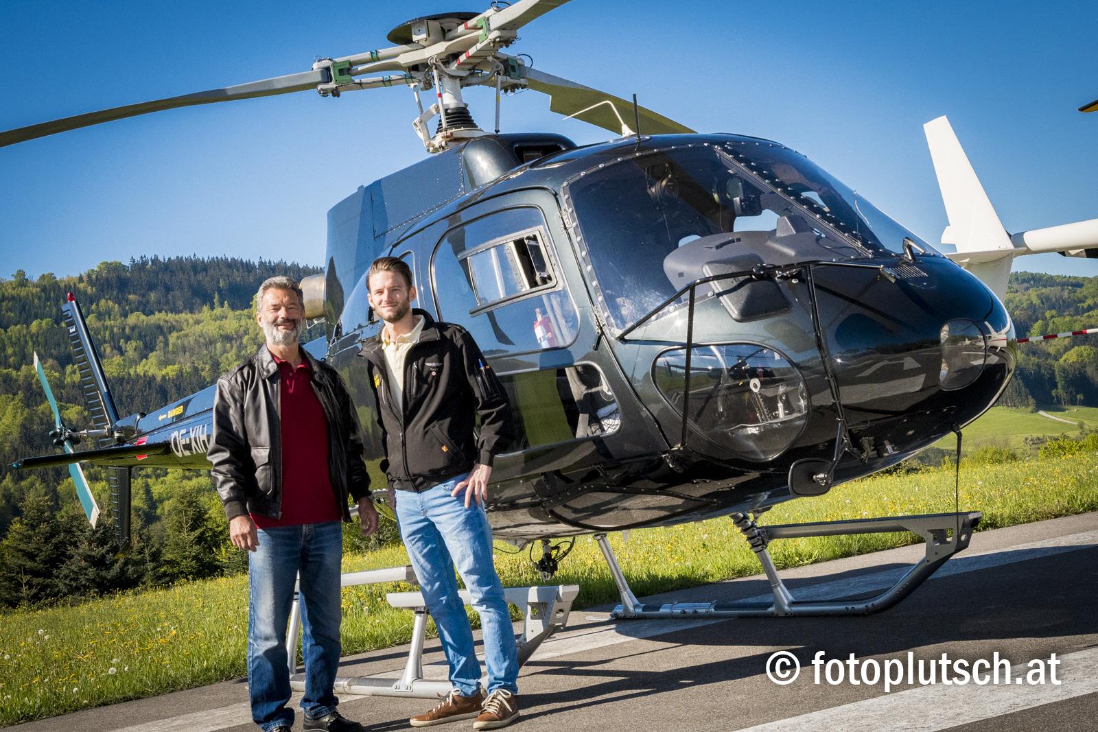 Wolfgang und Davis Pitterle mit dem Hubschrauber AS350