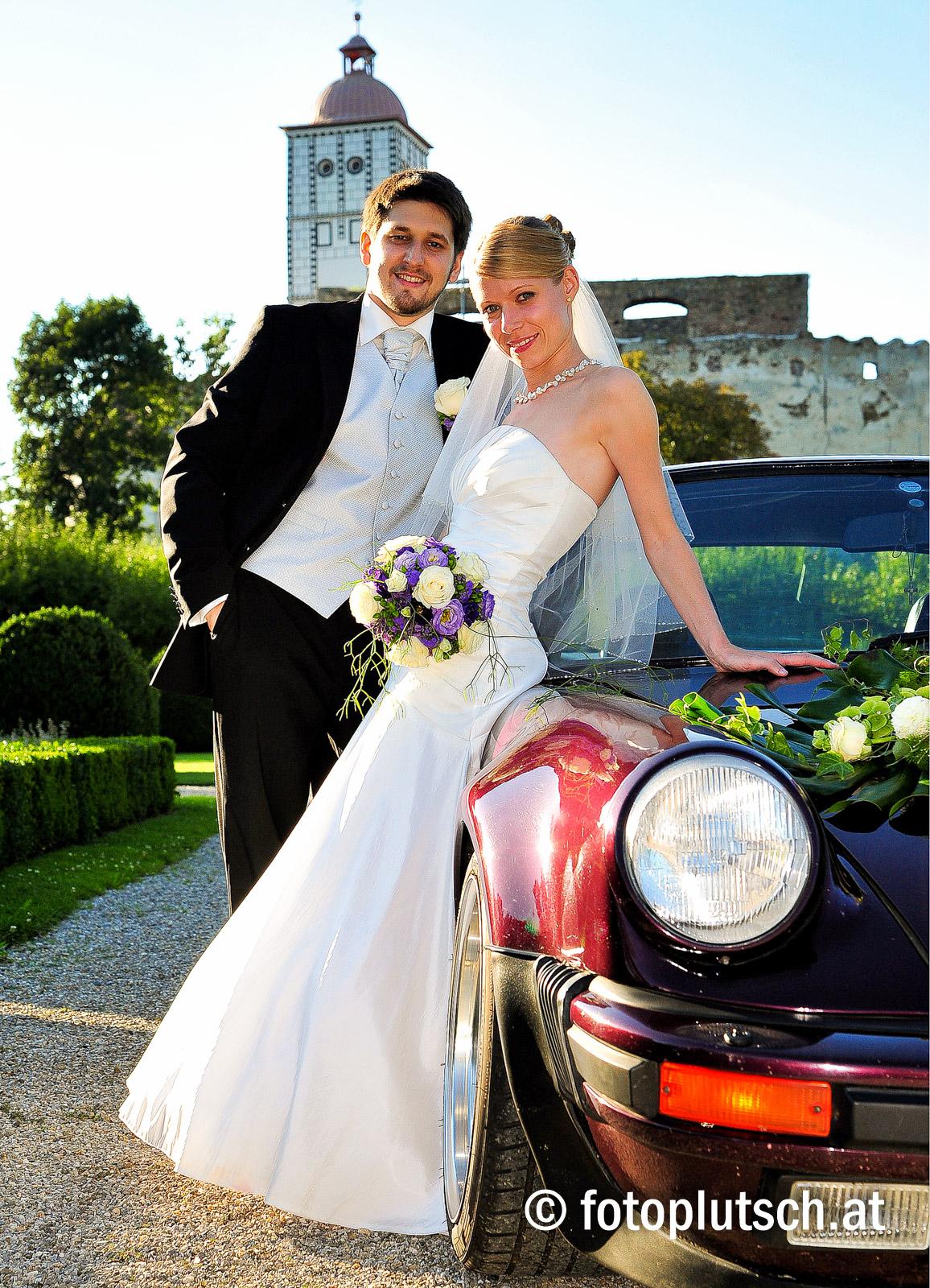 Heiraten in der Wachau Der schönste Tag im Leben soll Ihr Hochzeitstag sein! Keine andere Veranstaltung benötigt bereits während der Planung so viel Einfühlungsvermögen und Fingerspitzengefühl wie eine Hochzeitsfeier. Jede Hochzeitstafel bedarf einer persönlichen Note des Brautpaares, um bleibende Erinnerungen zu schaffen – einen Tag, der auch den Gästen im Gedächtnis bleibt. Mit langjähriger Erfahrung und dem richtigem Gespür für Ihr Fest der Feste stehen wir Ihnen zur Verfügung. Exakte Planung, professionelle Beratung bei allem, was Ihren Hochzeitstag betrifft, und das bereits erwähnte Fingerspitzengefühl sind uns sehr wichtig, um Ihnen einen wunderschönen Tag zu bescheren. Wir freuen uns, Ihre Anfrage entgegenzunehmen, beraten Sie und helfen Ihnen, Lösungen für alle eventuell auftauchenden Probleme zu finden. So können Sie Ihr Fest feiern, ohne auch nur einen Gedanken an die Organisation zu verschwenden. DIE HIGHLIGHTS: Maria Taferl – ein romantischer Ort zum Heiraten Die prächtige Basilika Der herrliche Ausblick ins Donautal Das Hotel mit seinen Panoramarestaurants Der 10.000 m² große Panoramapark, exklusiv für unsere Gäste Unsere ausgezeichnete Küche (1 Gault-Millau-Haube) Von 2 bis 200 Personen – wir haben die passenden Räumlichkeiten! Nächtigungsmöglichkeit und Katerfrühstück für Brautpaar und Gäste